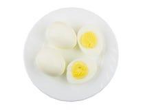 Ovos completos e metade dos ovos na placa no branco Foto de Stock Royalty Free