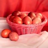 Ovos cor-de-rosa da Páscoa na cesta Fotografia de Stock