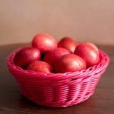 Ovos cor-de-rosa da Páscoa na cesta Imagens de Stock