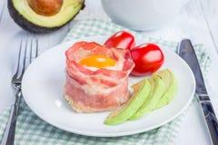 Ovos cozidos com o abacate em uns copos do bacon Fotografia de Stock
