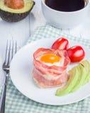 Ovos cozidos com o abacate em uns copos do bacon Fotos de Stock Royalty Free