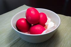 Ovos cozidos duros vermelhos para o partido da Páscoa Fotografia de Stock