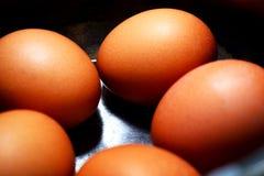Ovos cozidos no shell em mercadorias do ferro Fotos de Stock Royalty Free