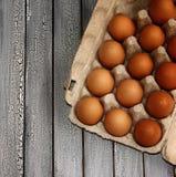 Ovos crus em uma placa fotografia de stock