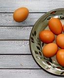 Ovos crus em uma placa fotografia de stock royalty free