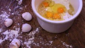 Ovos crus na bandeja branca video estoque