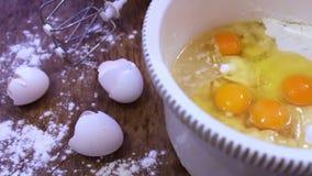Ovos crus na bandeja branca filme