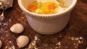 Ovos crus na bandeja branca vídeos de arquivo