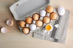 Ovos crus no pacote na tabela imagens de stock