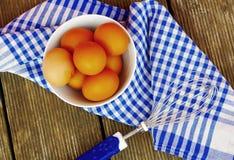 Ovos crus orgânicos frescos na bacia branca Foto de Stock Royalty Free
