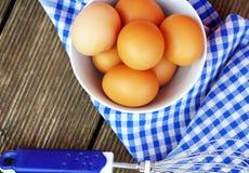 Ovos crus orgânicos frescos na bacia branca Imagens de Stock
