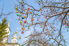 Ovos da árvore da Páscoa com a igreja imagem de stock royalty free