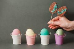 Ovos da cor em umas cubetas Fundo feliz de easter Fotos de Stock Royalty Free