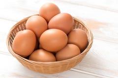 Ovos da galinha de Brown na bandeja de vime Foto de Stock