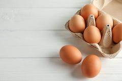 Ovos da galinha de Brown na caixa da caixa no fundo branco foto de stock