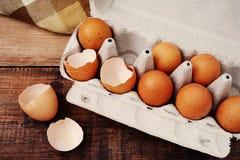 Ovos da galinha e shell de ovos quebrados em uma bandeja do cartão Imagem de Stock Royalty Free
