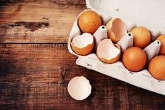 Ovos da galinha e shell de ovos quebrados em uma bandeja do cartão Imagens de Stock