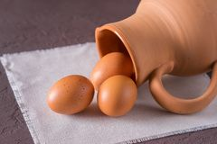 Ovos da galinha em um jarro da argila imagens de stock royalty free