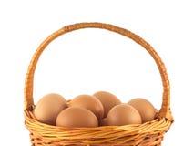 Ovos da galinha na cesta de vime isolada Imagens de Stock
