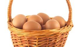 Ovos da galinha na cesta de vime isolada Foto de Stock Royalty Free