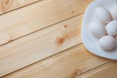 Ovos da galinha na mesa de cozinha Fotos de Stock Royalty Free