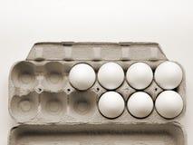 7 ovos da galinha que são frescos em um pacote do cartão feito da papelada reciclada imagem de stock