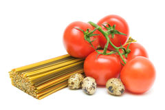 Ovos da massa, do tomate e de codorniz em um fundo branco Foto de Stock