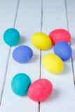 Ovos da páscoa aleatoriamente na tabela Easter feliz Fotos de Stock