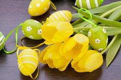Ovos da páscoa amarelos e verdes coloridos da mola Fotografia de Stock