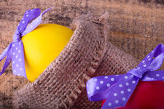 Ovos da páscoa amarelos e vermelhos Imagem de Stock Royalty Free