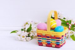 Ovos da páscoa artísticas e coloridos na cesta com efeito chique gasto da pintura com sala ou no espaço para a cópia, o texto, as fotos de stock