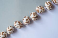 Ovos da páscoa brancos com um teste padrão do ouro fotos de stock