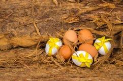 Ovos da páscoa brancos e cor marrom com fitas amarelas imagem de stock royalty free