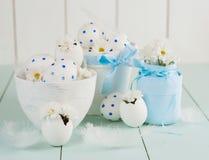 Ovos da páscoa brancos em um potenciômetro branco Fotografia de Stock Royalty Free