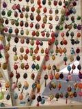 Ovos da páscoa brilhantemente pintados na exposição na frente do ` s do St Sófia, Kiev, Ucrânia Fotos de Stock