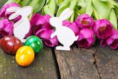 Ovos da páscoa, coelhinhos da Páscoa, tulipas Imagens de Stock