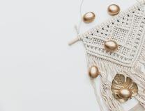 Ovos da páscoa colocados lisos mínimos do ouro no fundo branco imagens de stock royalty free