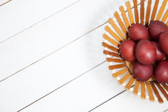 Ovos da páscoa coloridos com easter feliz Fotos de Stock