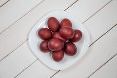 Ovos da páscoa coloridos com easter feliz Fotos de Stock Royalty Free