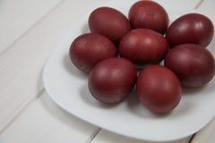 Ovos da páscoa coloridos com easter feliz Imagem de Stock