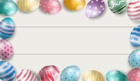 Ovos da páscoa coloridos com fundo de madeira branco Imagem de Stock Royalty Free