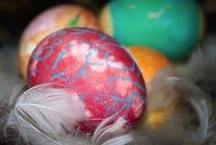 Ovos da páscoa coloridos com penas fotos de stock