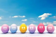 Ovos da páscoa coloridos com uma cara Imagens de Stock