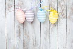 Ovos da páscoa coloridos cor pastel sobre o fundo de madeira rústico Fotografia de Stock Royalty Free