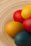 Ovos da páscoa coloridos decorados no fundo da cor Fotografia de Stock Royalty Free