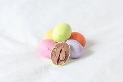 Ovos da páscoa coloridos do chocolat imagens de stock