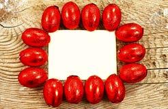 Ovos da páscoa coloridos do chocolate envolvidos na folha Imagem de Stock