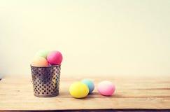 Ovos da páscoa coloridos do vintage na madeira Imagens de Stock Royalty Free