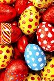Ovos da páscoa coloridos dos doces envolvidos na folha imagens de stock royalty free
