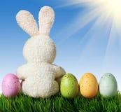 Ovos da páscoa coloridos e coelho branco Fotos de Stock